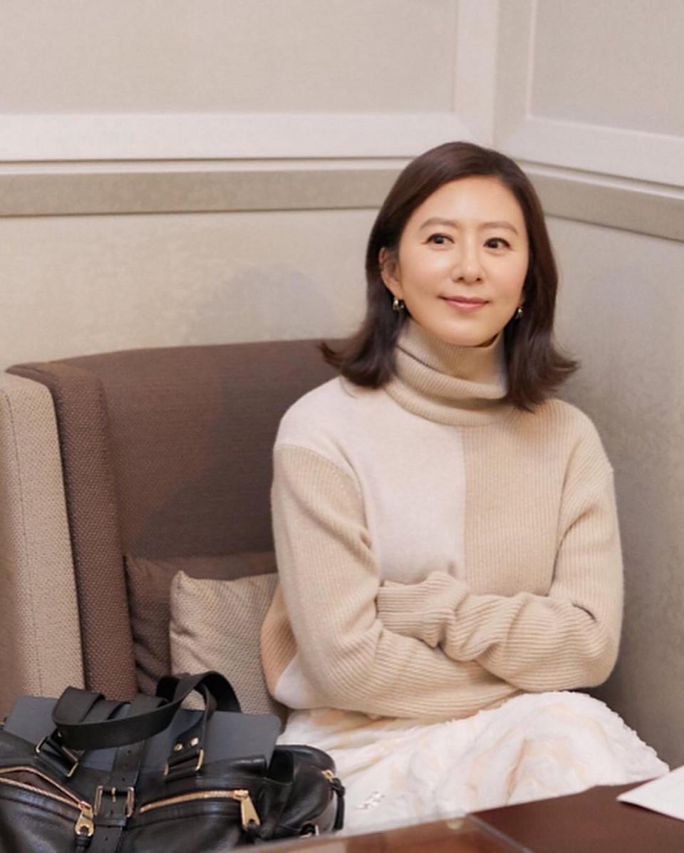 Menolak Tua, 7 Potret Kim Hee-ae Makin Memesona di Usia 53 Tahun - Foto 2