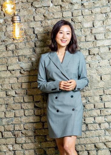 Menolak Tua, 7 Potret Kim Hee-ae Makin Memesona di Usia 53 Tahun - Foto 4