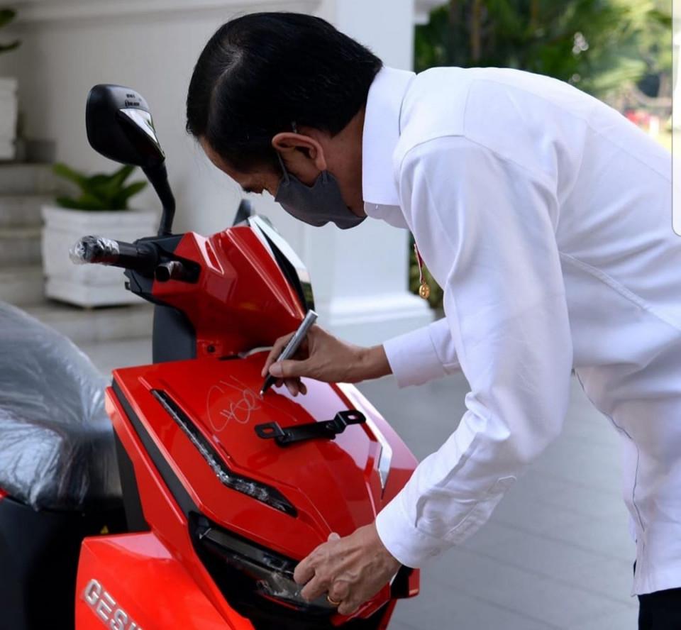 MPR Lelang Motor Bertanda Tangan Jokowi di Konser Virtual bersama Bimbo - Foto 1