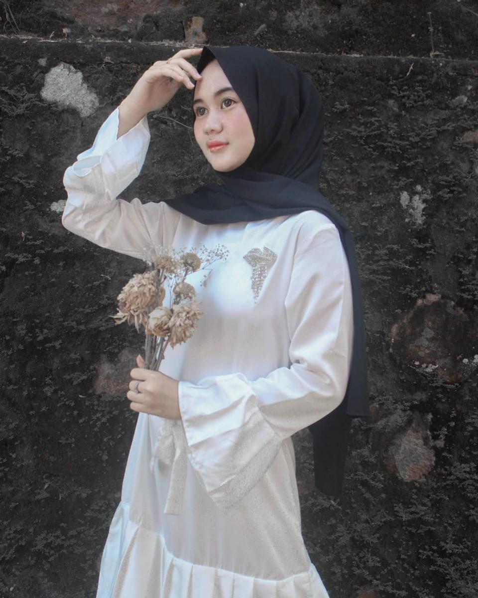 Jarang Tersorot, 7 Potret Cantik Enny Suwinawati Putri Angkat Didi Kempot - Foto 6