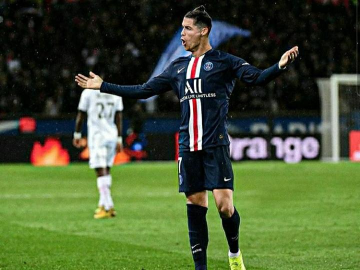 Tetap Gagah, Ini Penampakan Ronaldo Kalau Kenakan 5 Jersey Klub Berbeda Jika Tinggalkan Juventus - Foto 3