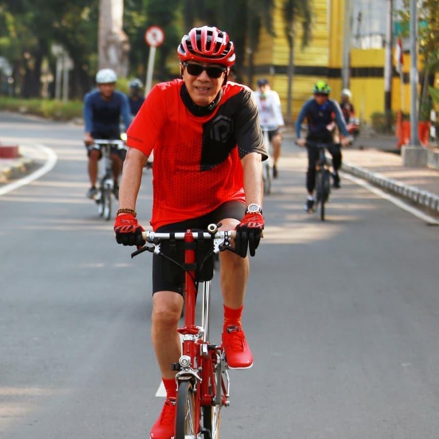 Jaga Kebugaran Tubuh, 6 Gaya Sporty Menkumham Yasonna Laoly Bersepeda - Foto 1