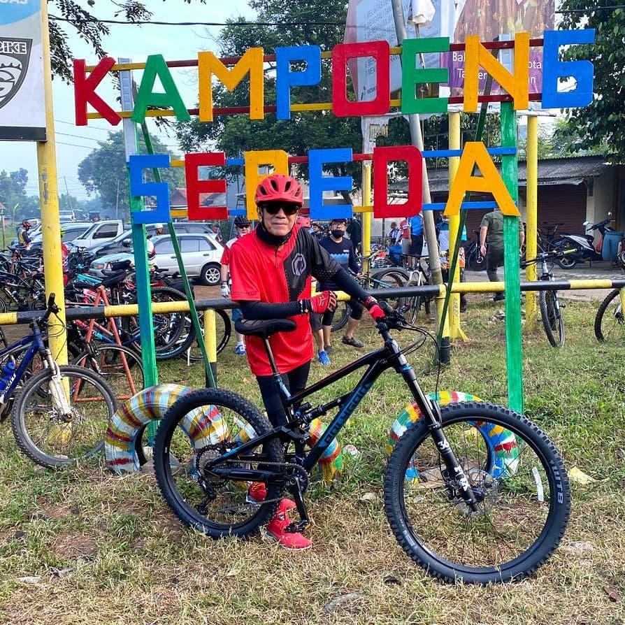 Jaga Kebugaran Tubuh, 6 Gaya Sporty Menkumham Yasonna Laoly Bersepeda - Foto 3