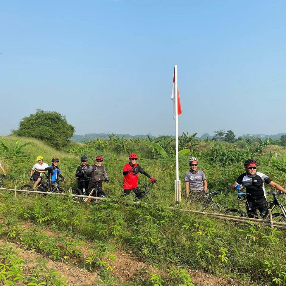 Jaga Kebugaran Tubuh, 6 Gaya Sporty Menkumham Yasonna Laoly Bersepeda - Foto 2