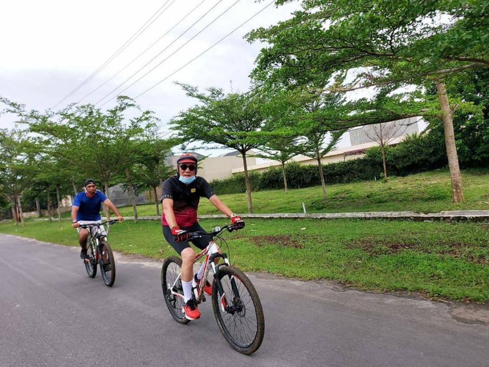 Jaga Kebugaran Tubuh, 6 Gaya Sporty Menkumham Yasonna Laoly Bersepeda - Foto 4