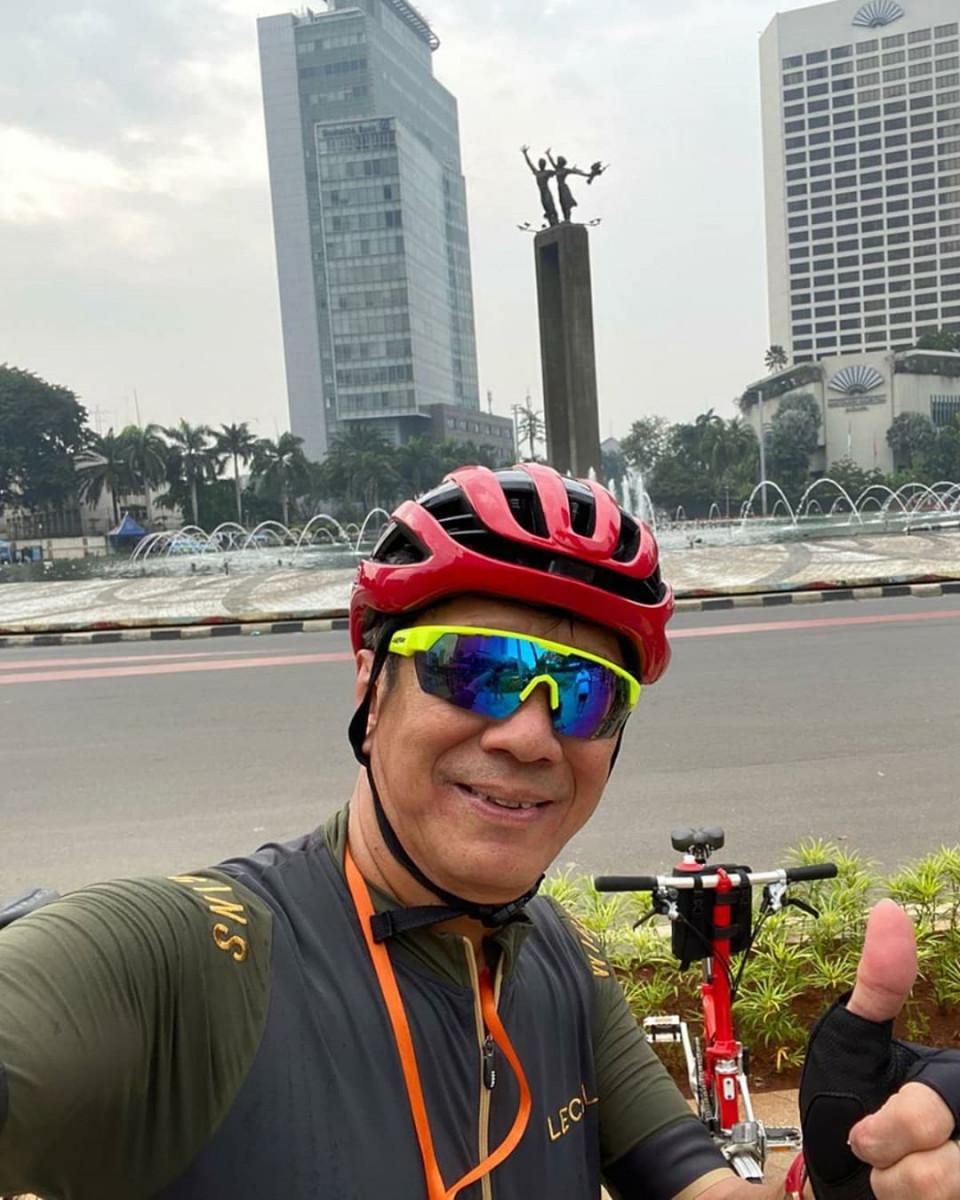 Jaga Kebugaran Tubuh, 6 Gaya Sporty Menkumham Yasonna Laoly Bersepeda - Foto 5