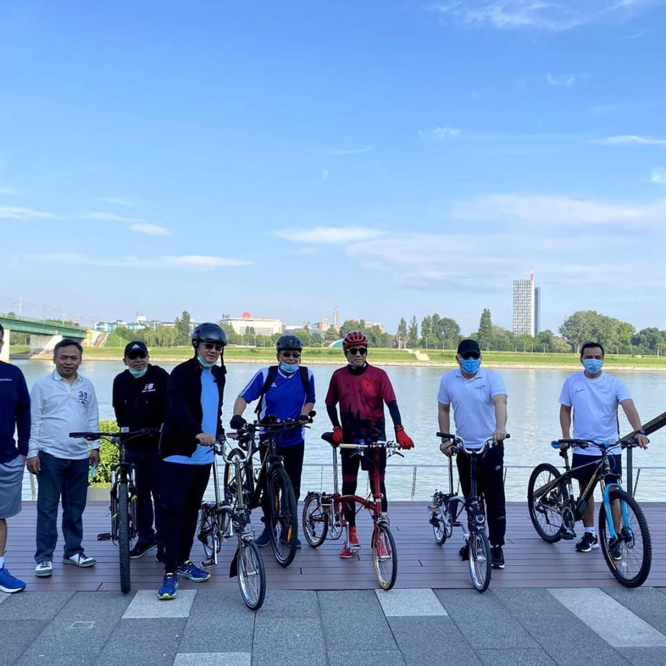 Jaga Kebugaran Tubuh, 6 Gaya Sporty Menkumham Yasonna Laoly Bersepeda - Foto 6