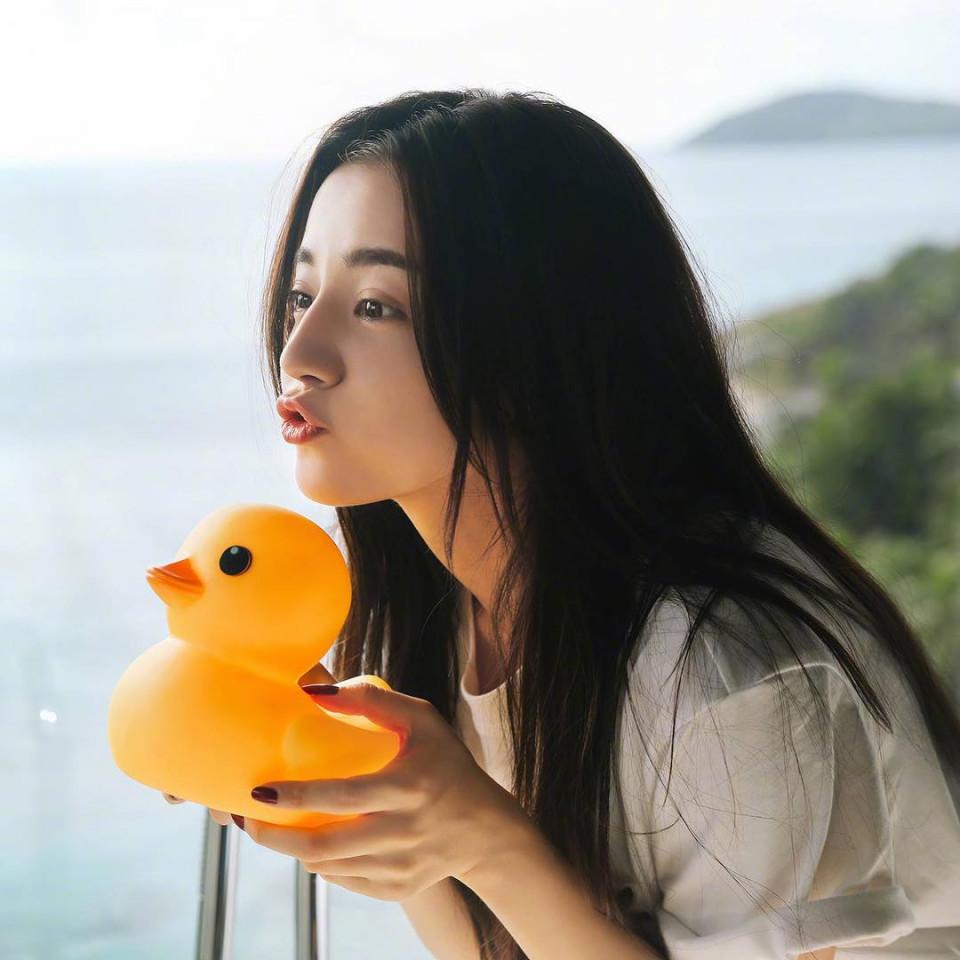 7 Potret Dilraba Dilmurat, Aktris Tiongkok yang Pegang Gelar Wanita Tercantik di Asia - Foto 0