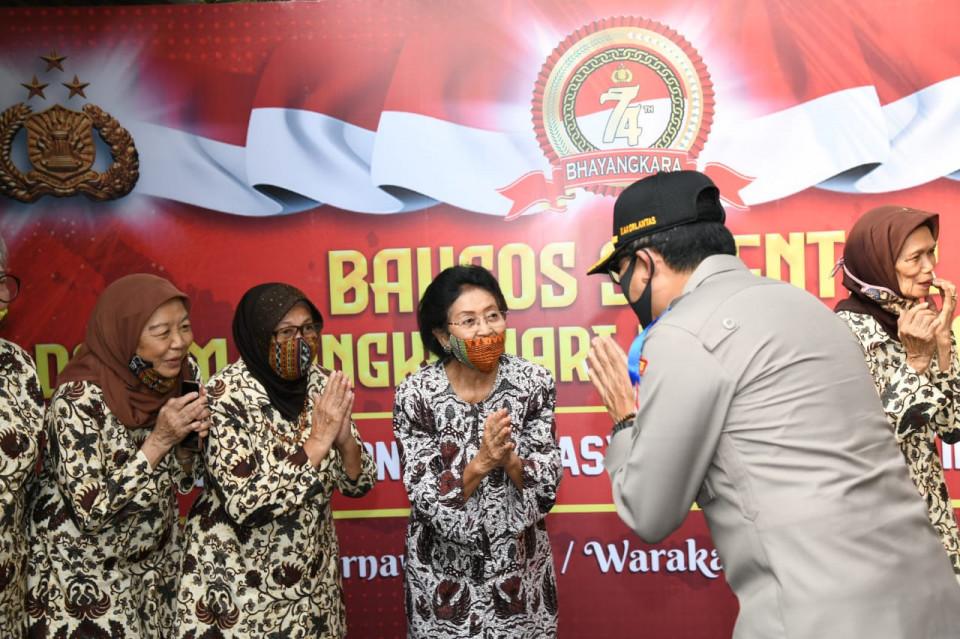 Polri Salurkan Bantuan untuk Purnawirawan dan Warakawuri TNI AL