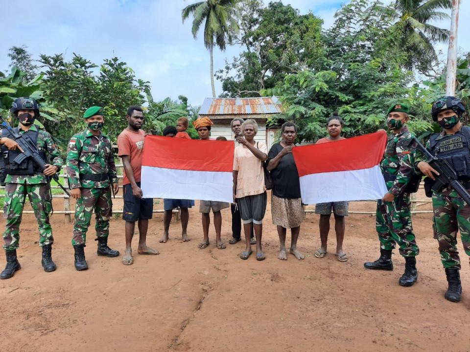 Jelang HUT RI ke-75, Prajurit TNI Bagikan Bendera Merah Putih ke Warga Perbatasan