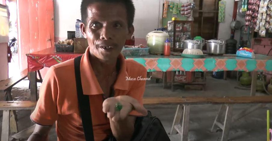 Aksi Unik Lasto, Tukang Pijat yang Selalu Bawa Dua Kendi di Kepala Saat Naik Sepeda - Foto 4