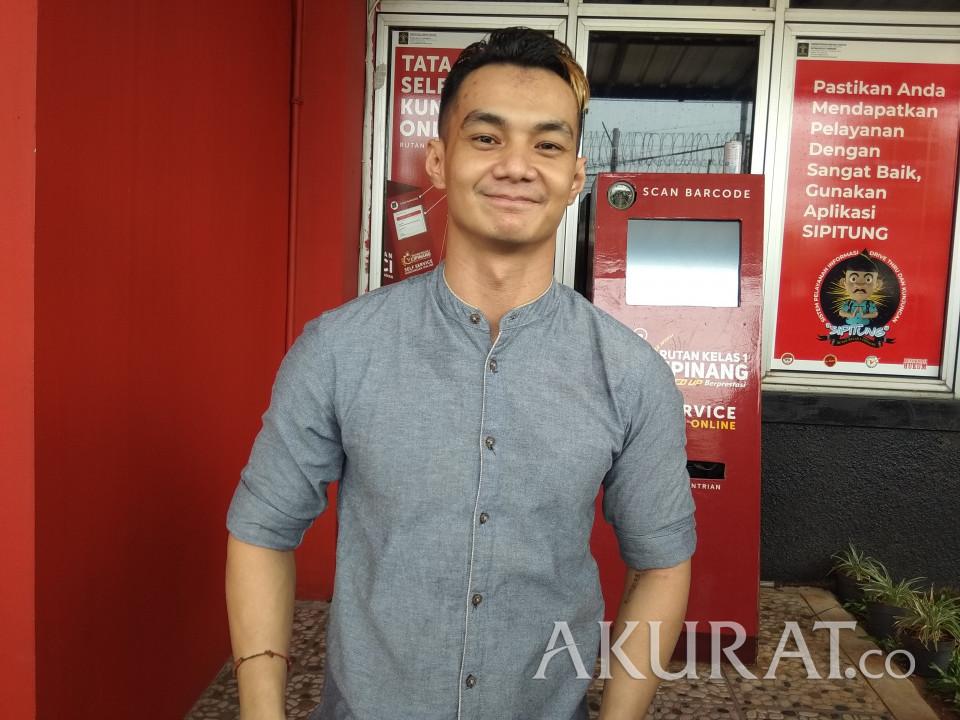 Sudah Bebas, Pesinetron Agung Saga Sujud Syukur di Aspal Rutan Cipinang - Foto 1