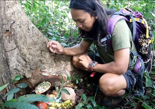 YouTuber ini Nekat Makan Sesajen di Hutan Angker, Nggak Ada Takut-takutnya!