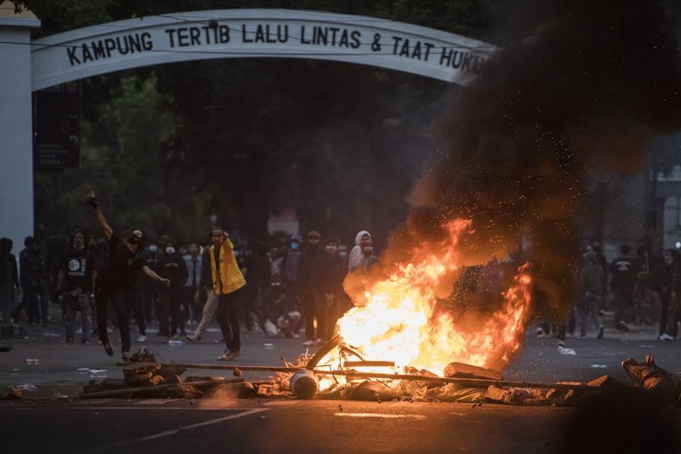 Aksi Tolak UU Cipta Kerja di Bandung Berujung Ricuh