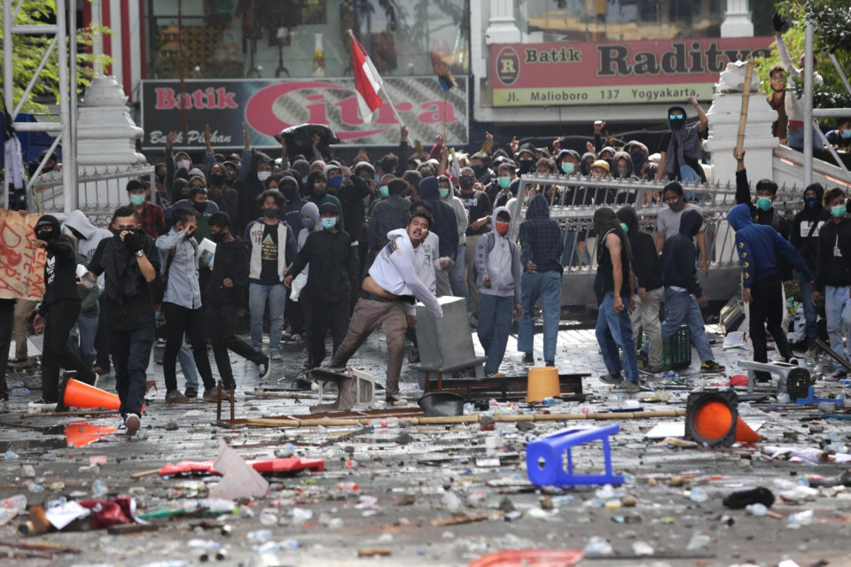 Kerusuhan Pecah di Depan Gedung DPRD Yogyakarta, Demonstran Lempar Batu
