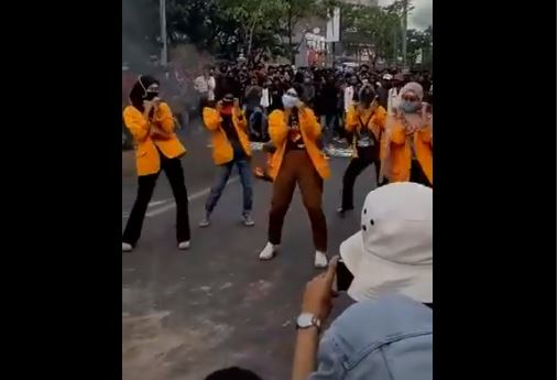 Diiringi Nyanyian Provokatif, Sekelompok Mahasiswi ini Berjoget TikTok di Tengah Demo