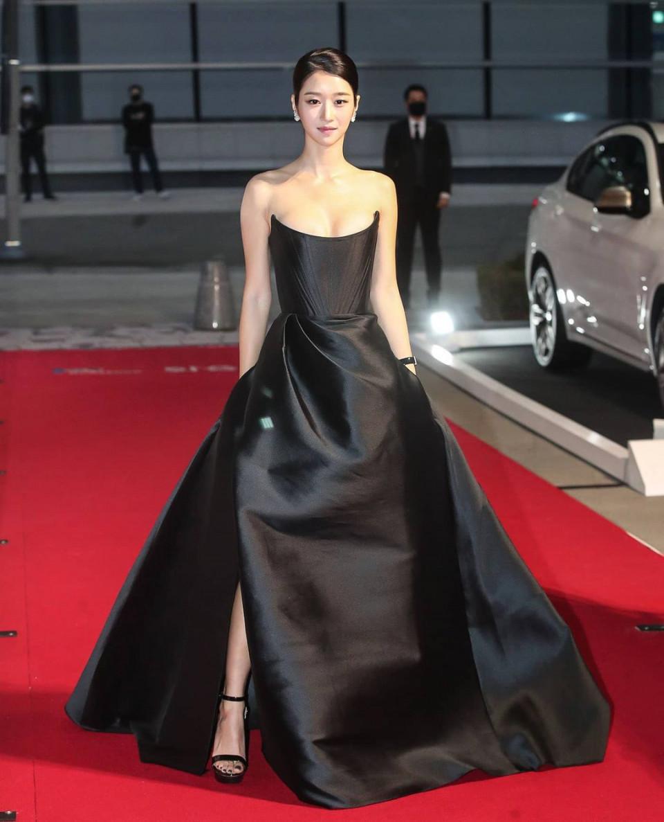Kenakan Gaun Senilai Rp65 Juta, 7 Potret Cantik Seo Ye-ji di Buil Film Award 2020 Jadi Sorotan - Foto 2
