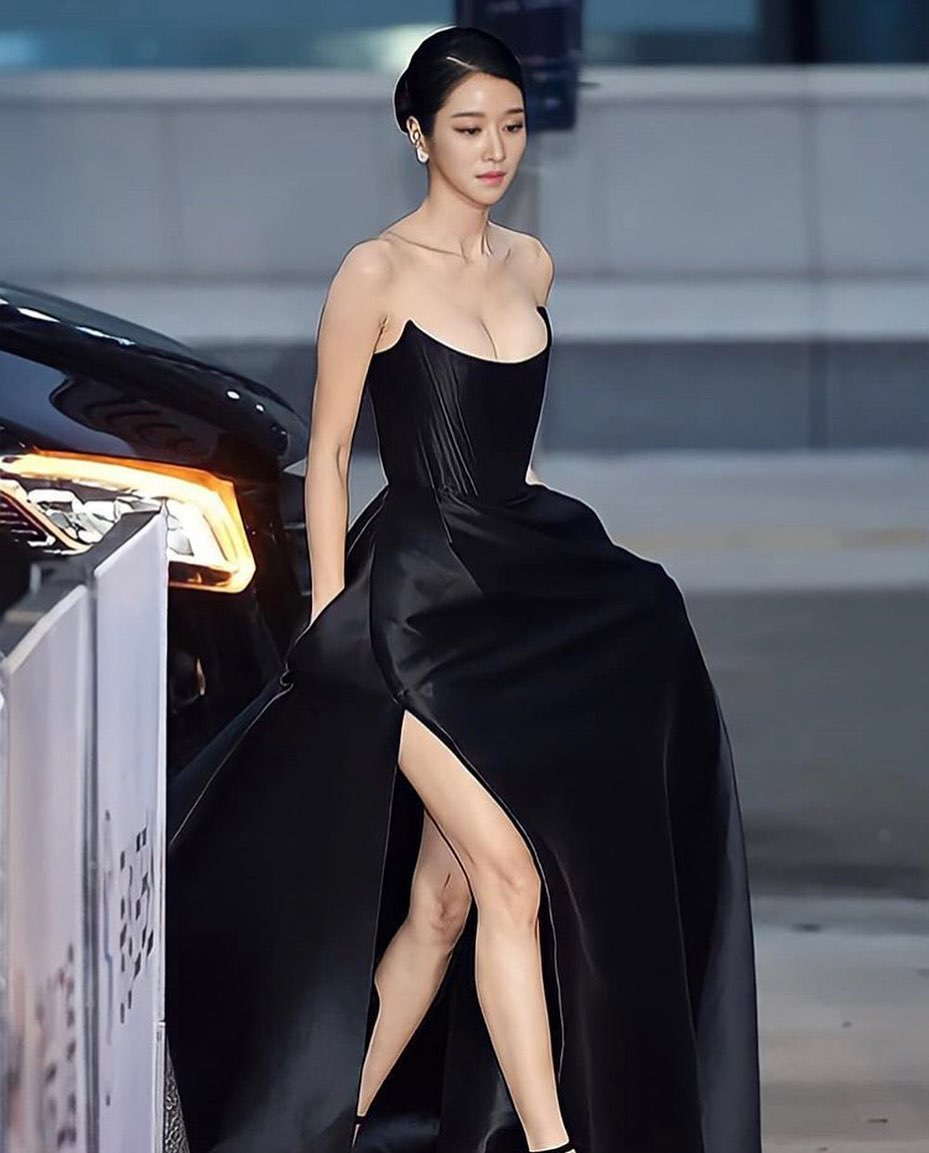 Kenakan Gaun Senilai Rp65 Juta, 7 Potret Cantik Seo Ye-ji di Buil Film Award 2020 Jadi Sorotan - Foto 1