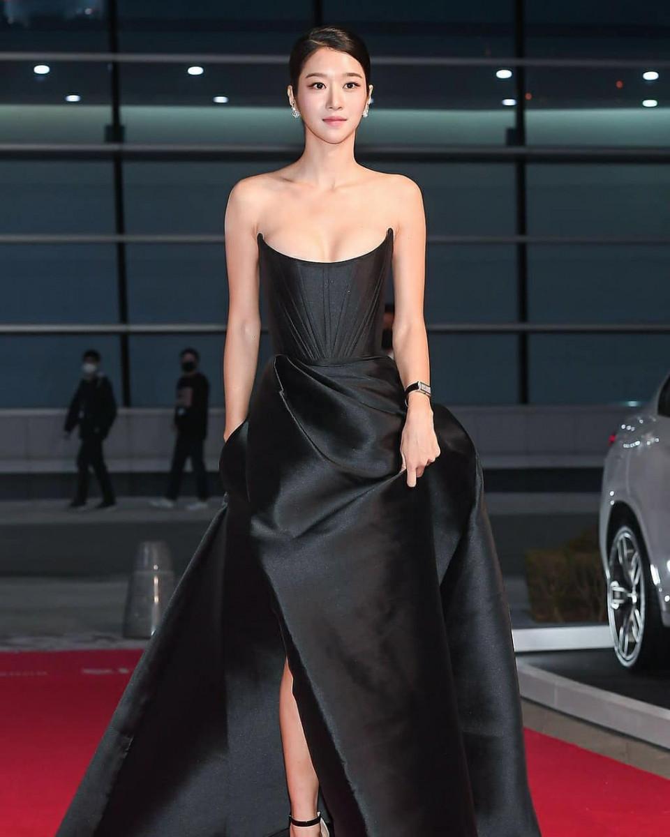 Kenakan Gaun Senilai Rp65 Juta, 7 Potret Cantik Seo Ye-ji di Buil Film Award 2020 Jadi Sorotan - Foto 3