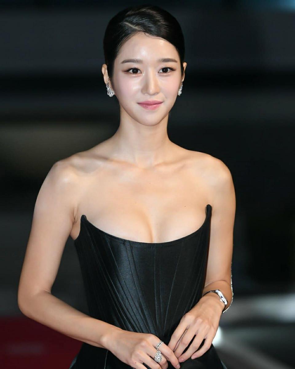 Kenakan Gaun Senilai Rp65 Juta, 7 Potret Cantik Seo Ye-ji di Buil Film Award 2020 Jadi Sorotan - Foto 4