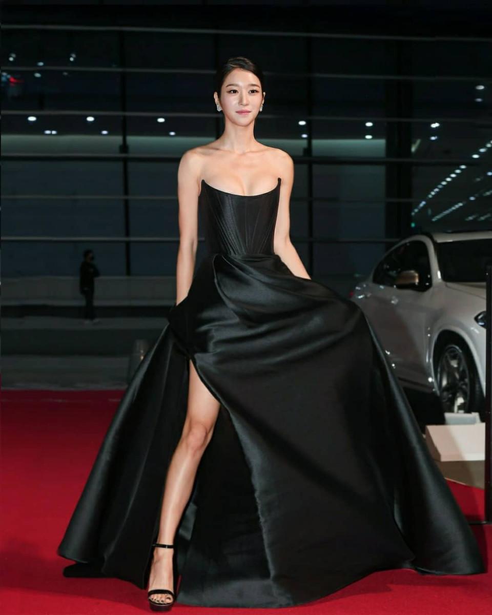 Kenakan Gaun Senilai Rp65 Juta, 7 Potret Cantik Seo Ye-ji di Buil Film Award 2020 Jadi Sorotan - Foto 5