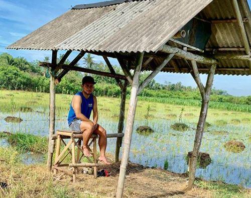 5 Foto Santuy Andik Vermansah, Pamer Perut Kotak hingga di Sawah - Foto 1