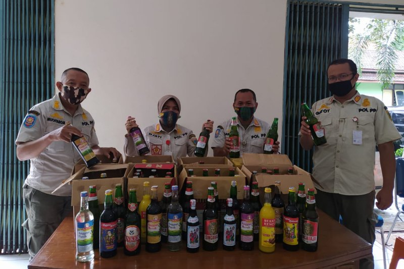 Polisi Amankan Ratusan Botol Miras di Jambi Saat Ramadan