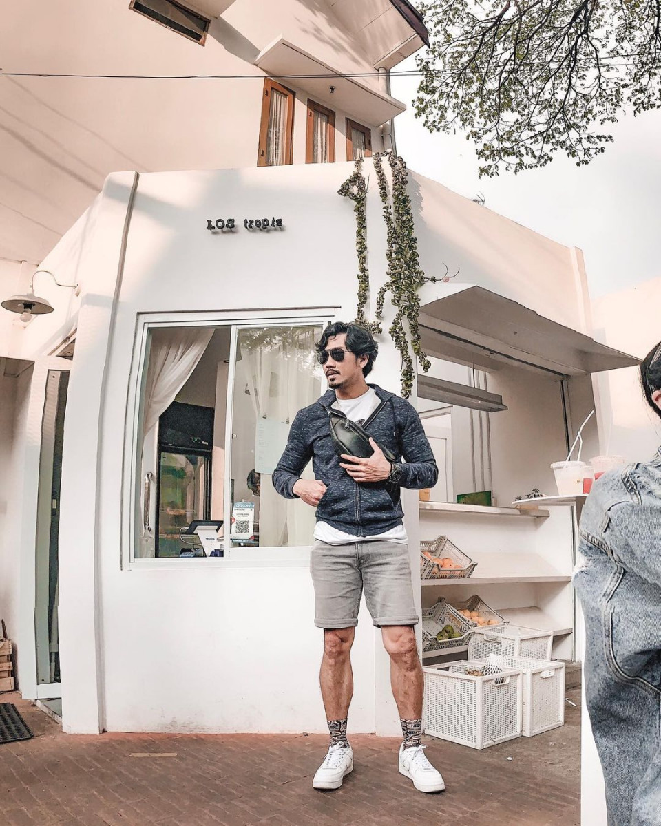 Inspirasi 4 Gaya OOTD Denny Sumargo Saat Travelling Sebelum Menikah - Foto 1