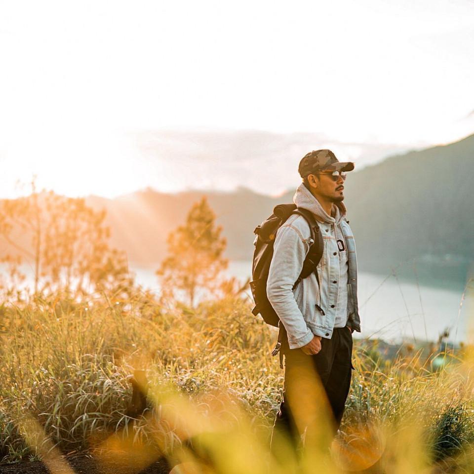 Inspirasi 4 Gaya OOTD Denny Sumargo Saat Travelling Sebelum Menikah - Foto 2