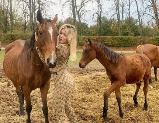 5 Pose Seksi Wanda Icardi dengan Kuda-kudanya, Ada yang Tanpa Busana - Foto 2