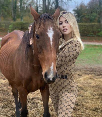 5 Pose Seksi Wanda Icardi dengan Kuda-kudanya, Ada yang Tanpa Busana - Foto 3