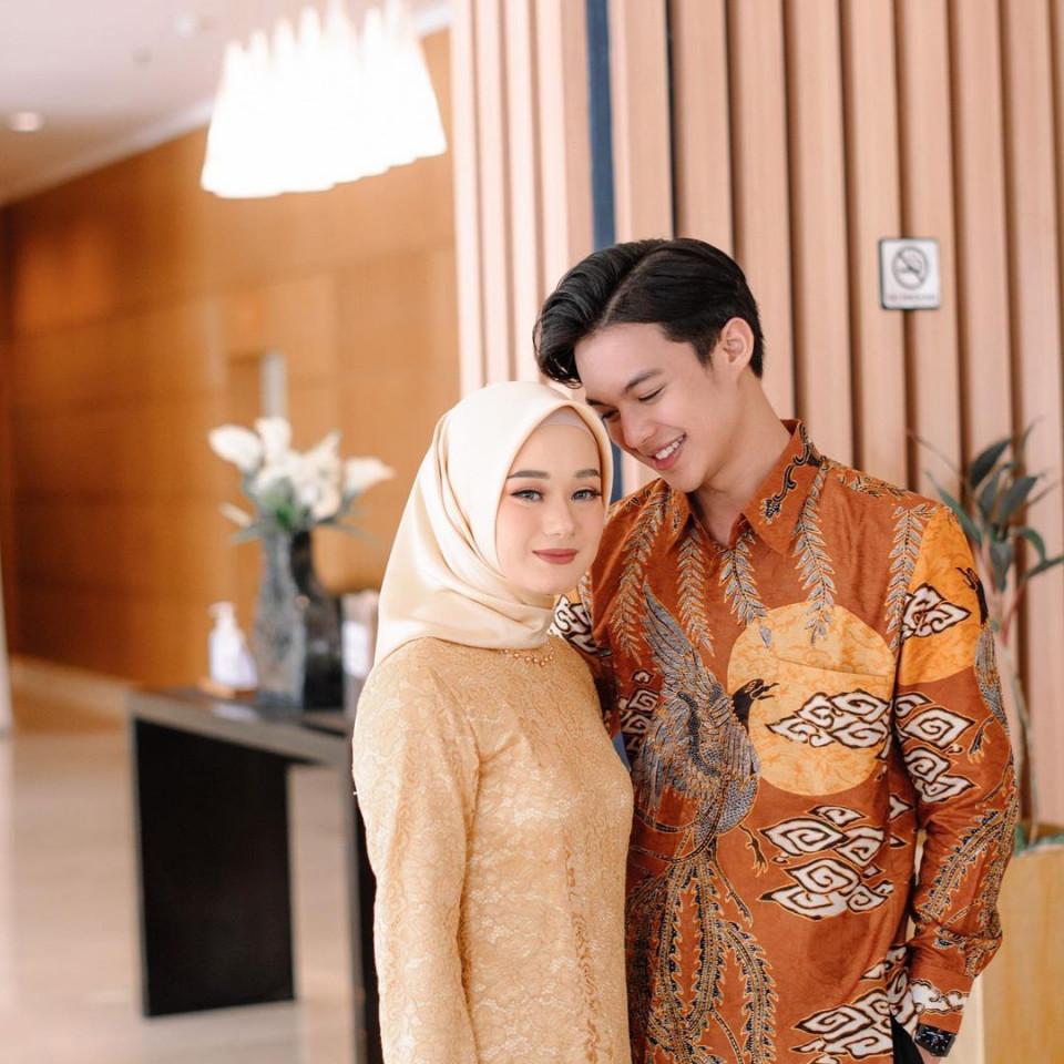 5 Fakta Kisah Cinta Rey Mbayang dan Dinda Hauw, Doa saat Umrah yang Dikabulkan - Foto 1