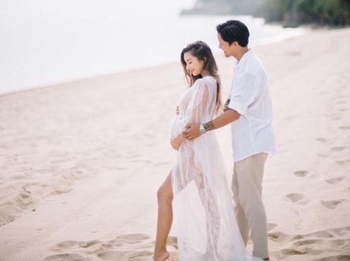 5 Potret Maternity Jennifer Bachdim di Pantai, Seksi dan Eksotis - Foto 1