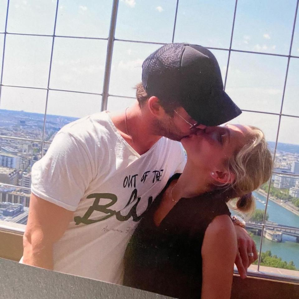 7 Potret Romantis Chris Hemsworth dan Istri, Selalu Mesra Selama 10 Tahun Pernikahan - Foto 1