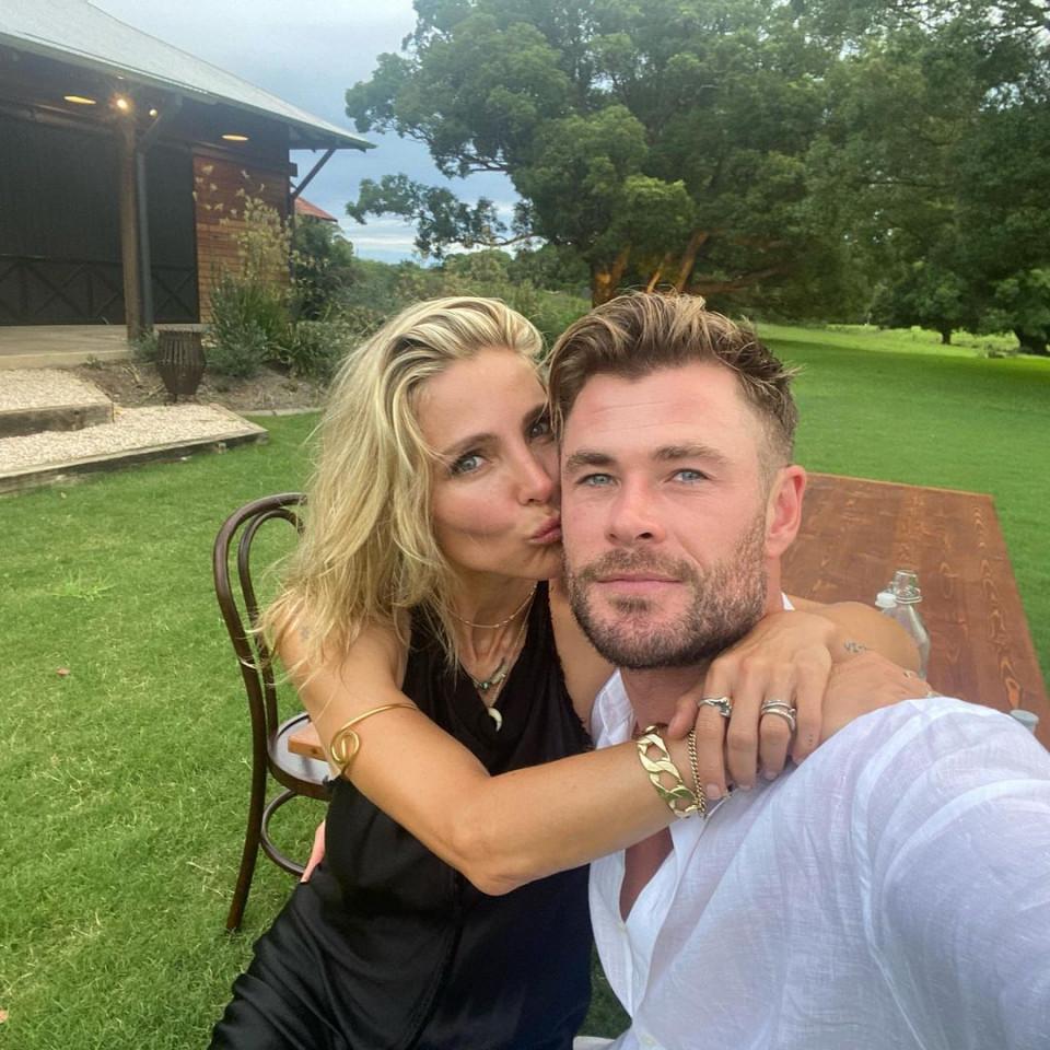 7 Potret Romantis Chris Hemsworth dan Istri, Selalu Mesra Selama 10 Tahun Pernikahan - Foto 4