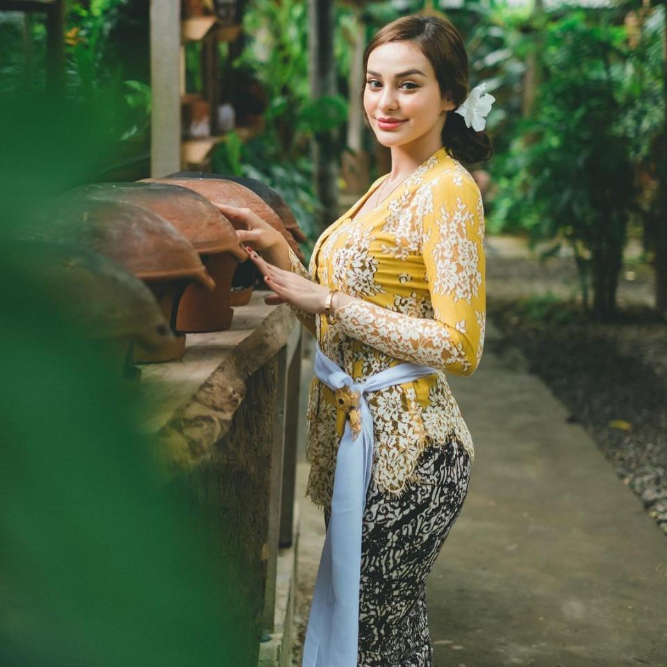 7 Potret Memesona Nora Alexandra dengan Pakaian Khas Bali, Cantik Paripurna - Foto 1