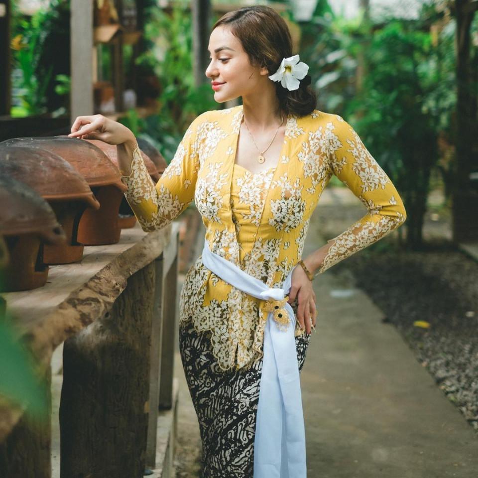 7 Potret Memesona Nora Alexandra dengan Pakaian Khas Bali, Cantik Paripurna - Foto 2