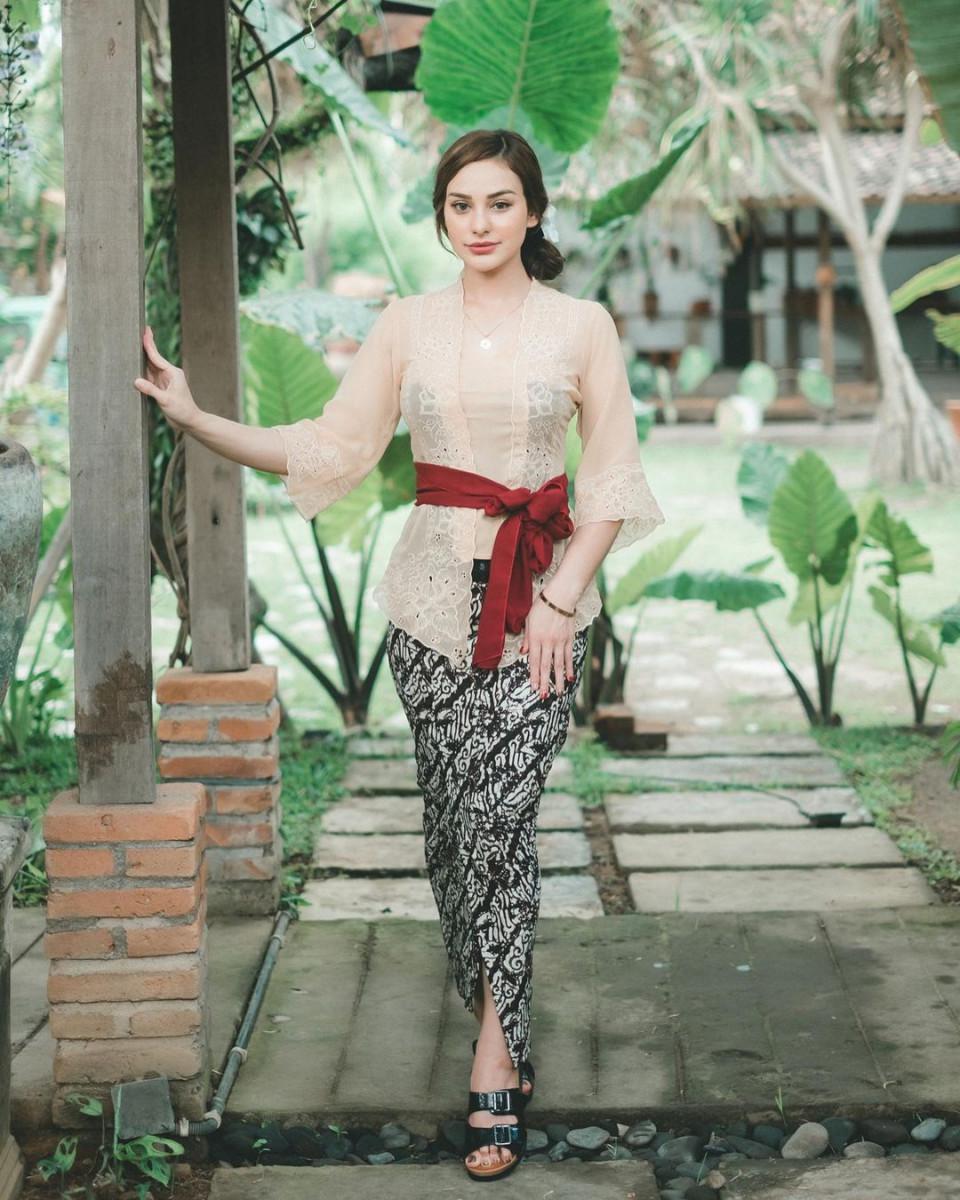 7 Potret Memesona Nora Alexandra dengan Pakaian Khas Bali, Cantik Paripurna - Foto 3