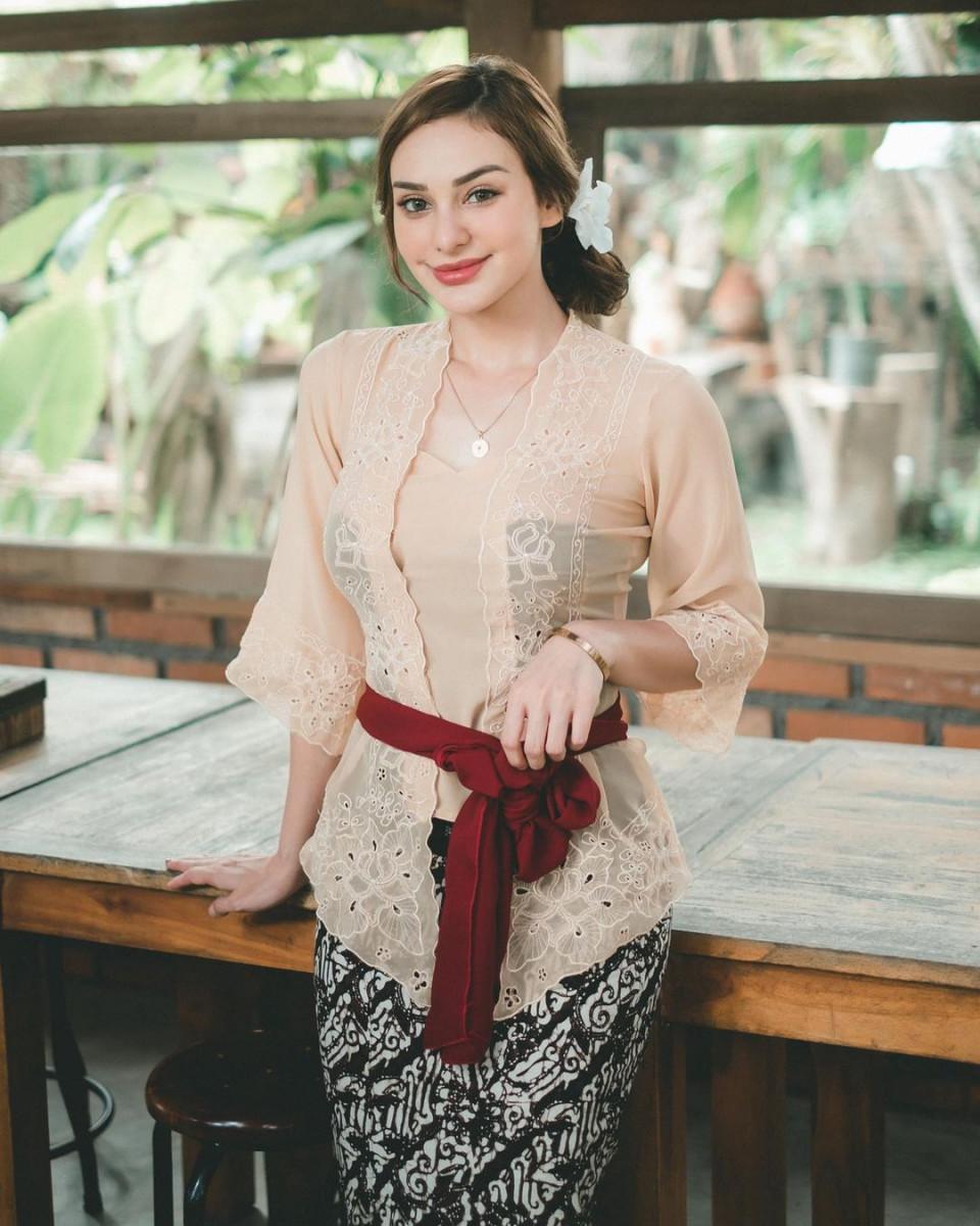 7 Potret Memesona Nora Alexandra dengan Pakaian Khas Bali, Cantik Paripurna - Foto 4