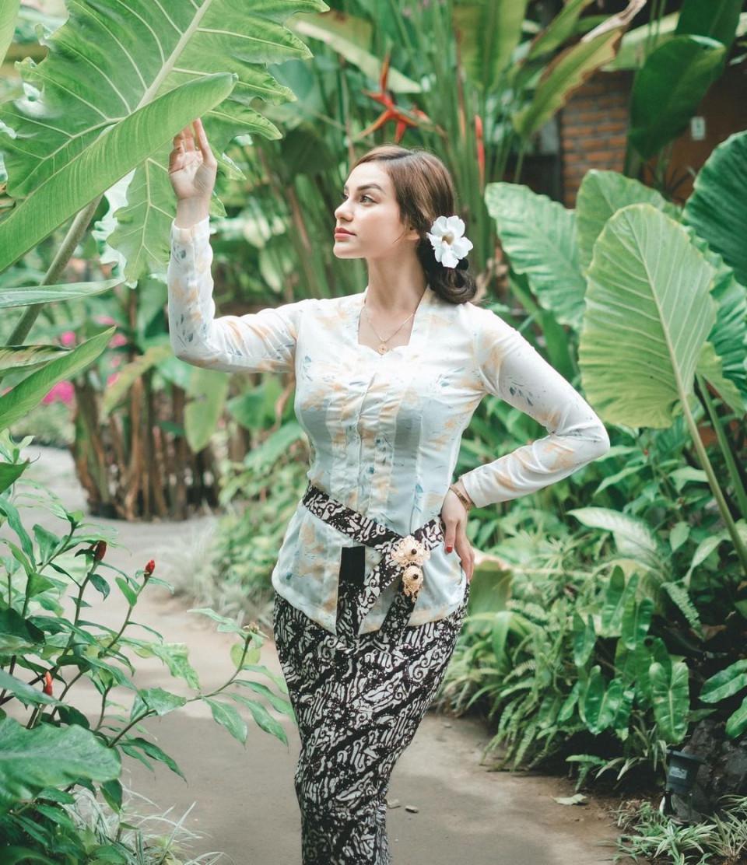 7 Potret Memesona Nora Alexandra dengan Pakaian Khas Bali, Cantik Paripurna - Foto 5