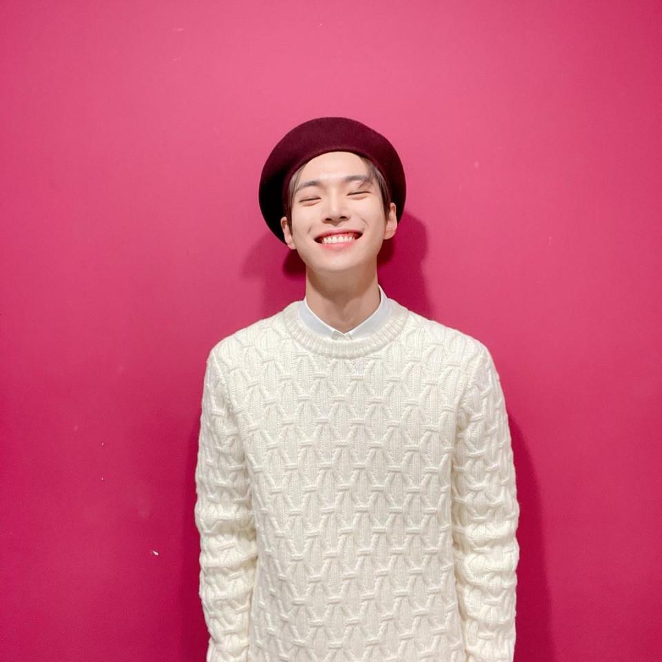 7 Potret Manis Doyoung NCT Pamer Senyum, Bikin meleleh - Foto 1
