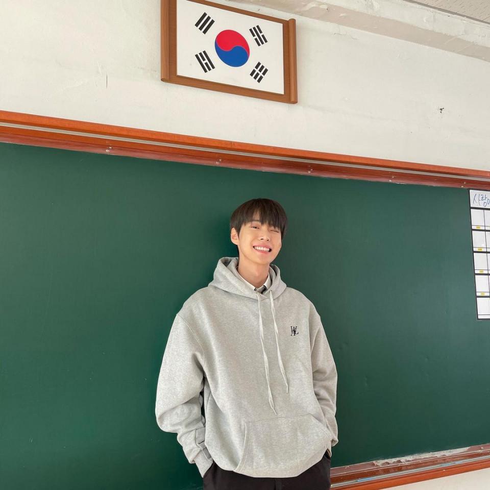7 Potret Manis Doyoung NCT Pamer Senyum, Bikin meleleh - Foto 4