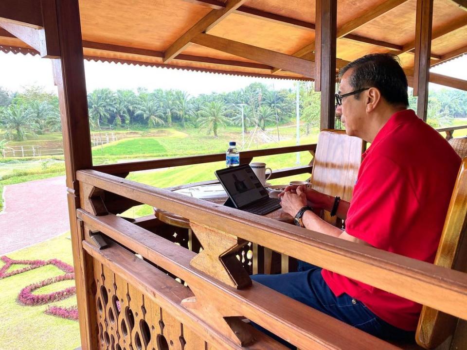 6 Potret Santai Menteri Yasonna Laoly di Berbagai Kegiatan, Bersepeda hingga Keliling Kebun - Foto 1