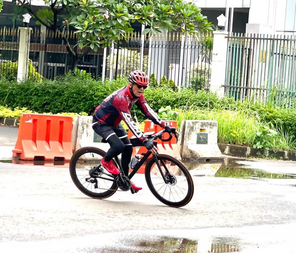 6 Potret Santai Menteri Yasonna Laoly di Berbagai Kegiatan, Bersepeda hingga Keliling Kebun - Foto 2