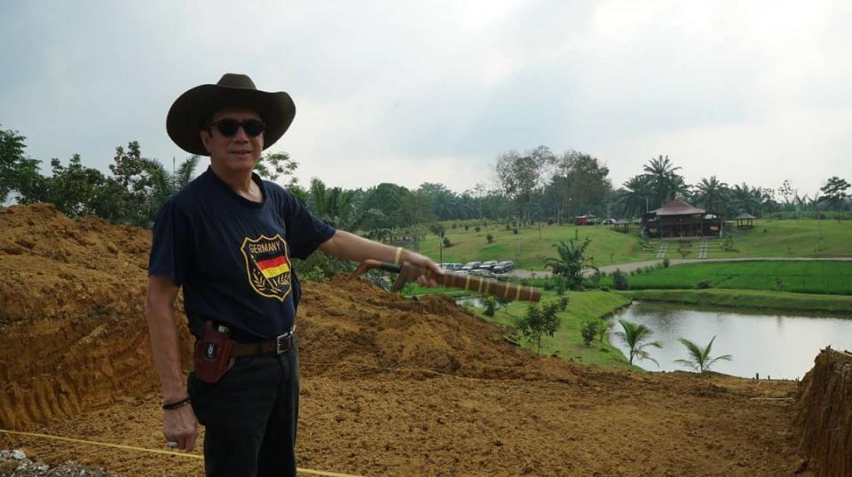 6 Potret Santai Menteri Yasonna Laoly di Berbagai Kegiatan, Bersepeda hingga Keliling Kebun - Foto 4