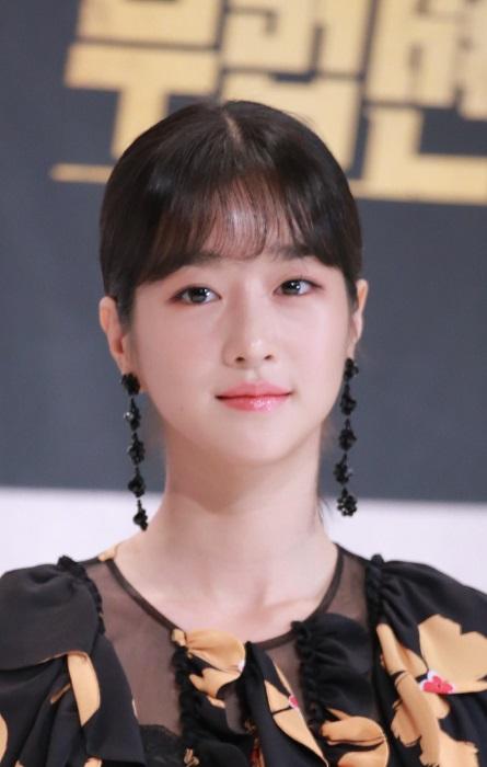 7 Potret Seo Ye-ji dengan Rambut Berponi, Manis Banget - Foto 2