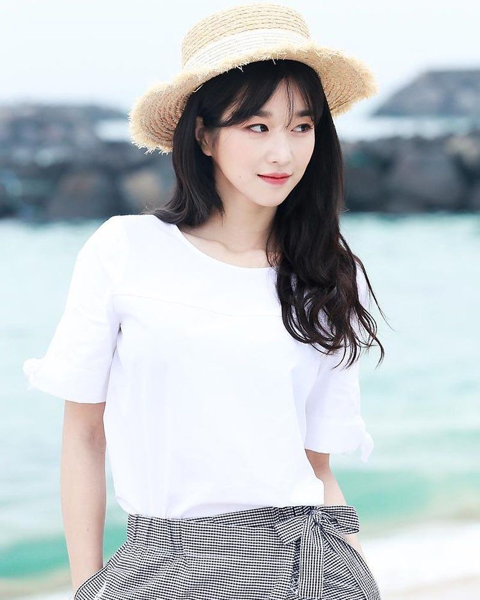 7 Potret Seo Ye-ji dengan Rambut Berponi, Manis Banget - Foto 3
