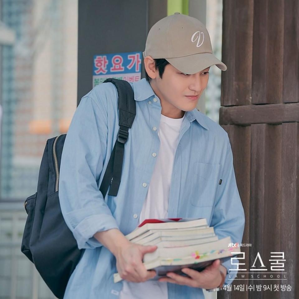 Awet Imut, 7 Potret Terbaru Kim Bum Jadi Mahasiswa Cerdas di Drama Law School - Foto 2