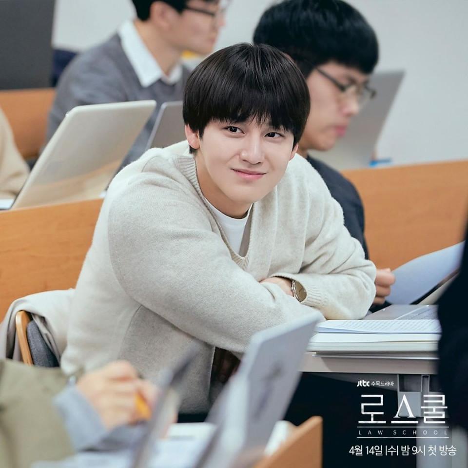 Awet Imut, 7 Potret Terbaru Kim Bum Jadi Mahasiswa Cerdas di Drama Law School - Foto 3
