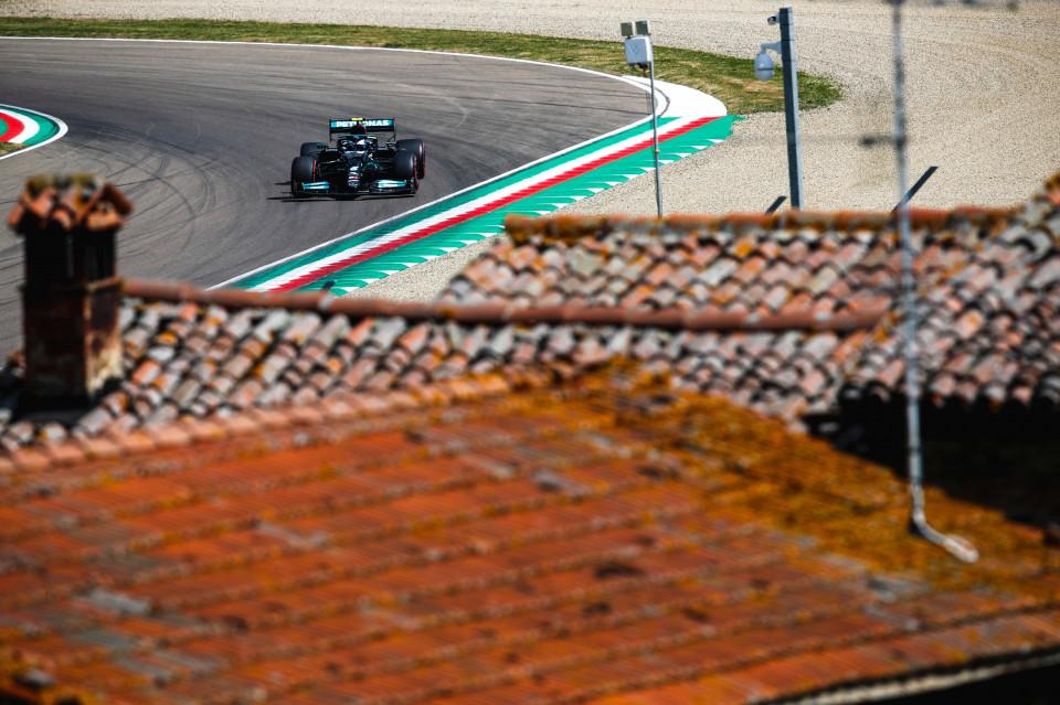 FP2: Duo Mercedes Tak Terbendung, Verstappen Menepi Lebih Dulu